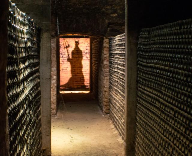 diablo-no-final-do-local-onde-guarda-os-vinhos