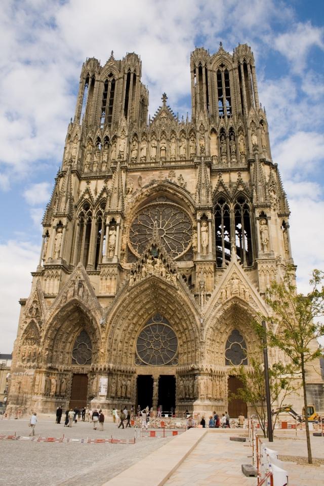 facade_de_la_cathedrale_de_reims_-_parvis
